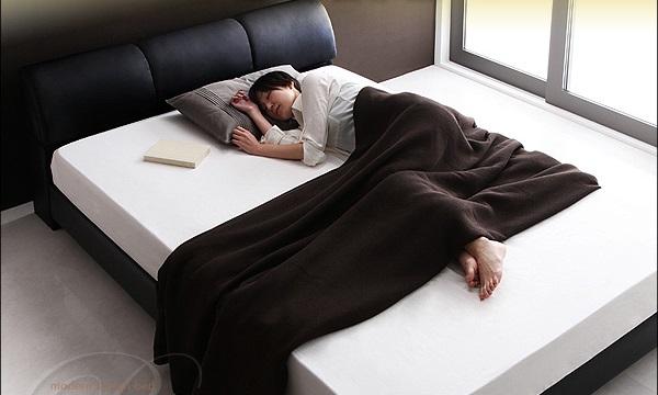 黒いベッドと白マット