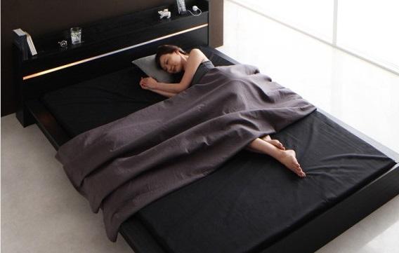 黒いベッドと黒マット